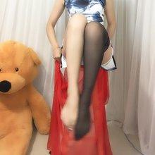 一身青花旗袍,一条艳红轻纱,典雅不失风情