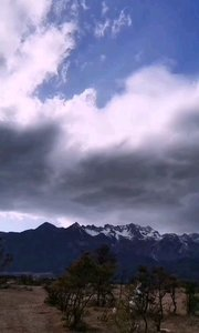 今天来感受阴阳两重天,雪山头顶黑云密布,旁边却是艳阳高照,白云飘飘!