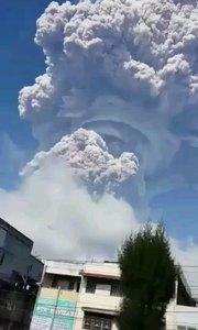 天空出现了蘑菇云.据说叫犹昙菠萝花.这种形状的云几十万年也难见一次.开眼了!