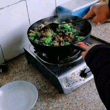 今天沉默哥下厨,在东阳吃上一份地道重庆青菜牛肉