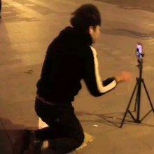晓亿流浪记: 路上逛街,遇到直播要关注当着直播间下跪,有人认为够拼,但我认为男人膝下有黄金,这世道是怎么啦!?