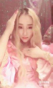 音乐盒的经典曲目?,而里面的娃娃和旋转木马?是所?#20449;?#23401;子的梦,因为心里驻着一位白马王子?