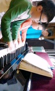 弹琴欢乐多