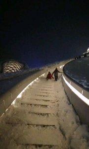 """哈尔滨大剧院上的""""冰滑梯""""?"""