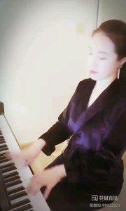 小静爱弹钢琴
