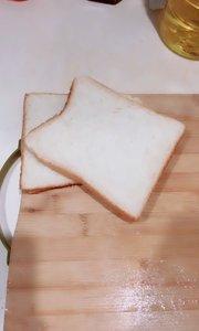 一个人也要认真吃早餐。火腿蛋三明治,喜欢点赞哟