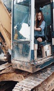 开着挖掘机回家过年咯