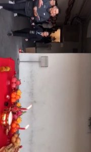 香港红馆刘德华演唱会前祭拜。