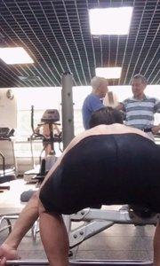 健康维护宗师今年过六十大寿,展示身体后部全体肌肉!!五十公斤高抓!