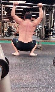 健康维护宗师做亚洲蹲颈后推举!展示健康关键肌肉群