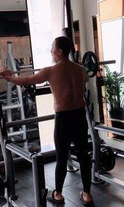 活体健康维护宗师在展示亚洲蹲颈后推举四十公斤!运用的肌肉群全面环节韧带全面!
