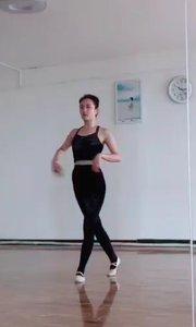 第一次正儿八经的去学古典舞,虽然感觉比爵士舞难多了,但是我真的很喜欢这种优美的旋律,加油 加油 努力给你们展示更美的舞蹈