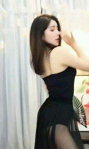 艳妮姑娘(35988699)黑色丝质石榴裙包裹下曼妙身姿随着《青狐妖》舞曲慢慢舒展,那眉眼巧兮盼兮,灵动传神让人无限回穷