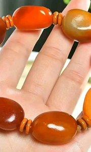 引爆双十二???《原石·手串》和田玉籽料。规格:25.19.13重:79.6克 皮色浓郁、肉质细腻油润,脂粉浑厚,雕工精细栩栩如生。静待有缘人?1212