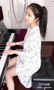 弹琴的女孩