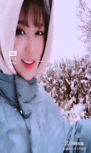 《冬天的花》  雪花飛 嚴冬到 她如臘梅在綻放 嚴寒冰雪嚇不倒…