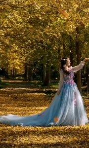 《落葉》  那飄飛的落葉啊 無聲無息的落在我腳下 如一首無聲的歌 訴說著我們逝去的年華…