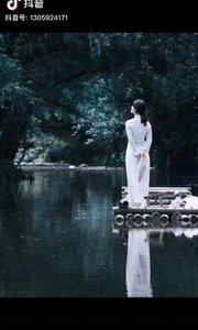 《潭》  我坐在譚邊等你 聽著流水和鳥鳴 輕柔的風迎面吹來 如你那飄逸的身影……