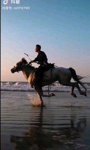 《馳騁》  彎弓射日展雄風 熱血奔湧壯士魂 駿馬奔馳踏浪去 大鵬展翅飛入云……