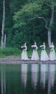 《春天》  如一群仙女來到湖邊 如一群仙鶴佇立人間 輕輕的放下了手中的水罐 翩翩起舞如彩霞滿天……