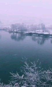 《北方的雪》  我是北方的雪 我想把自己 飄向南方 因為在那里 有我心愛的人  我是北方的雪 我卻有無限的柔情 因為向往那江南的山水 沒有了往日那凜冽的霸氣 漫舞之中卻多了一絲纏綿  我是北方的雪 我也有自己的傷感 我想念江南的美景 那里有我曾游的故地 那里有我難忘的人……
