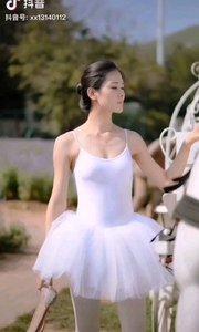 《白雪公主》  一袭白衣如朵云 飘逸优雅是女神 亭亭玉立风姿秀 洁白如玉迷众人……
