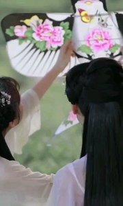《姐妹花》  同执风筝放飞行 你我把梦装其中 风筝飘啊飘远方 我们都有七彩梦……