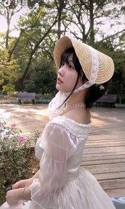《载凉帽的少女》  如一朵七彩的云 飘浮在我们的心 它是那样的美丽 牵动着我的心魂……
