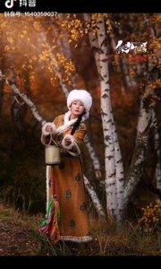 《秋天里的歌》  秋风里飘来一首歌 它把我带到了草原的河 静静的河水在我心里中流过 它满含深情的在向我叙说……