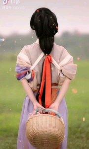 《女儿情》  天真可爱民家女 无限风采好动人 不加修饰美无比 好似嫦娥降花丛……