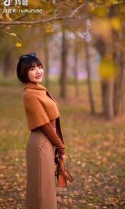 《秋的眷恋》  秋的美丽无以言比 秋的色彩丽在心底 不论四季怎样变幻 秋的歌声永在心里……