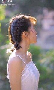 《白衣女孩》  如一朵洁白的云 飘飞在我的梦中 真想唱一支优美的歌曲 去赞美地纯贞的美丽