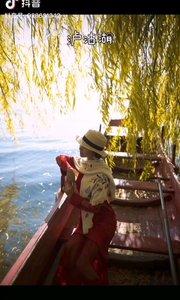 《泸沽湖》  一湖碧波荡春秋 小船悠悠湖面走 心爱的人儿你在哪 恋曲幽幽唱心愁……