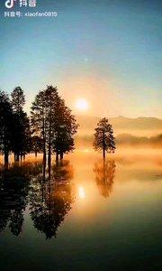 《晨》  当阳光从湖面慢慢升起 新的一天已经静静的来临 沸腾的一天又重新开始 我们将满怀激情的奋力前行……