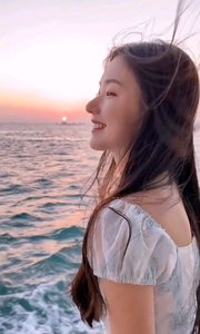 《海风》  海风吹起你秀发 那里有我对你说的情话 海风替我传递 你可知晓了我的心意……
