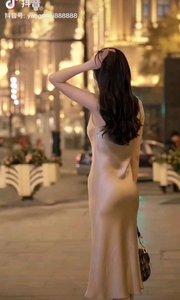 《都市女郎》  优雅无限更端庄 款款而行一女郎 风采依然耀天地 都市丽人不彷徨……