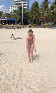 沙滩比基尼倒劈叉