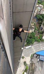 60层高楼,无任何保护徒手攀爬,危险动作,请勿模仿,谢谢