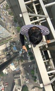 【极限咏宁】重庆日月光广场,60层高楼无任何保护,倒挂仰卧起坐,引体向上,高空边缘站立自拍,你赌你敢不敢看完