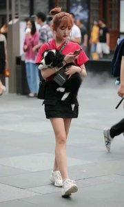 小姐姐包狗狗样子好可爱啊?
