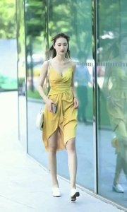 这位美女走路好有姿势啊?