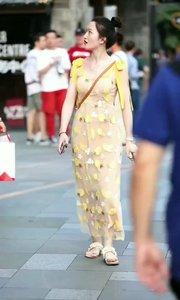 这套衣服好漂亮啊?小姐姐那里买的啊?