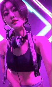 美女DJ开始happy