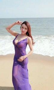 美女海边游玩拍摄?