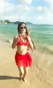 海边跳舞的美女。