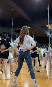 喜欢这个舞蹈还是这个身材?