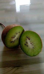 """(绿心翠香猕猴桃)该品种属于美味猕猴桃,果肉翠绿、口感香甜、风味佳、中早熟;原名""""西猕9号""""2007年被定名为""""翠香"""""""