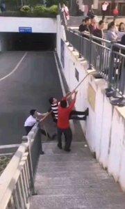 还能这么玩儿,不如干脆把绳子栓在栏杆上,让他们可劲儿拔河吧!???