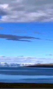 西藏原始苯教崇拜的最大的圣湖-当惹雍错,南岸达尔果山一列七峰,山体黝黑,顶覆白雪,形状酷似7座整齐排列的金字塔