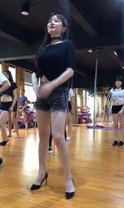 这表情是在努力回想舞蹈动作吗?欢欢老师太可爱了,忘动作了?